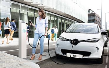 Kvinna laddar en Renault Zoe