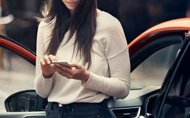 Kvinna som håller en mobil i handen