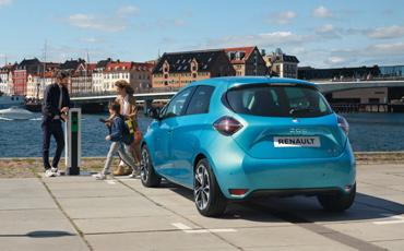 Blå Renault Clio elbil
